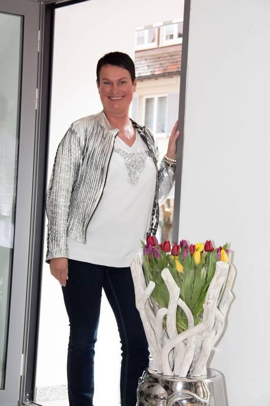 Karin Arnold heißt Sie Willkommen in den feinen Ambienteder Mode - Lounge.