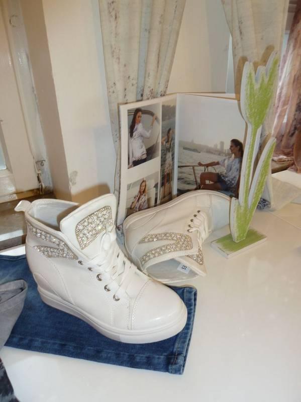 Der chice Schuh passend zur Damenmode - zu finden bei Jasmin in Ludwigsburg.