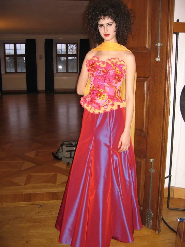 Exclusives Abendmodellaus Bändchen-Spitze und Taft aus unserem Couture-Atelier.