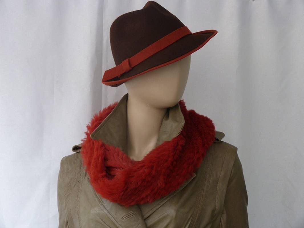 Schauen Sie sich unsere Ledermode für Damen an.Lamm-Pion Ledermode in Mönchengladbach bietet Ihnen ein vielseitiges Sortiment an feinster Damenbekleidung aus Leder. Egal ob Kleider, Westen, Jacken, Mäntel, Hosen, Röcke oder Ponchos – wir haben hochwertige Ledermode aus feinstem Lamm-Nappa oder Ziegenvelours. Wir bemühen uns, für jede Figur und jede Gelegenheit das passende Stück zu finden. Und falls Sie mal nichts in unserer Damenkleidungs-Kollektion finden sollten, dann fertigen wir Ihr Traumstück an. Eine persönliche, detaillierte Beratung ist für uns selbstverständlich. Wir führen nur hochwertige Ledermode von namhaften Herstellern wie Minkel oder Bernardos. Durch die hohe Qualität des Leders ist unsere Damenbekleidung sehr fein, weich und natürlich leicht. Probieren Sie es aus!