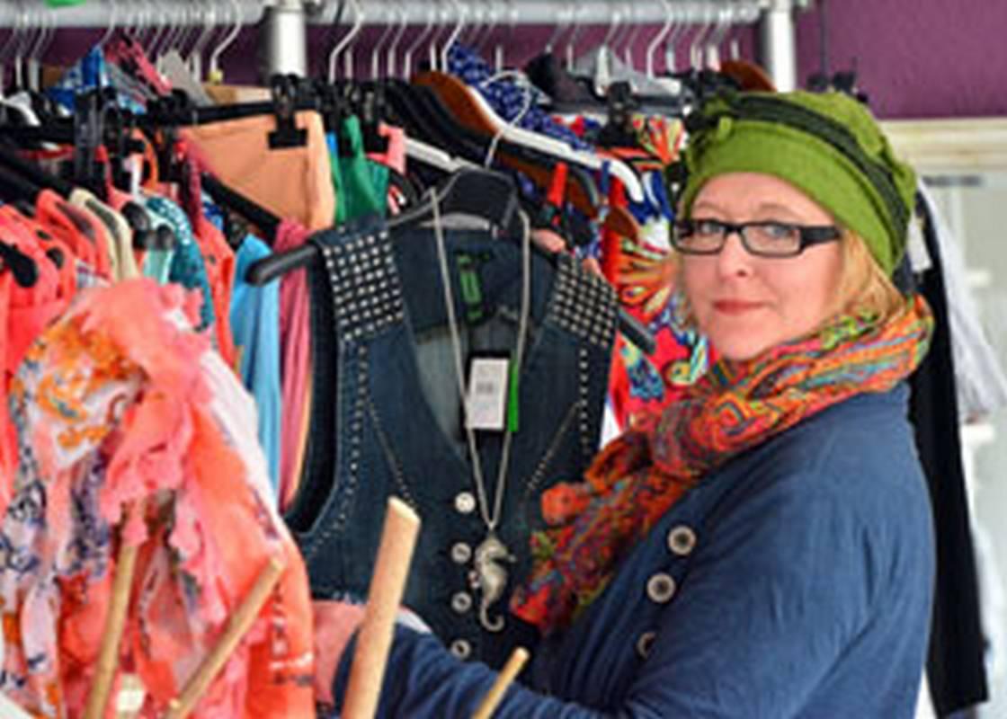 Ausgefallene XXS und XXL ModeAlle, die das Besondere suchen, werden bei Mode by Katja mit Sicherheit fündig. In unserem Laden in Menden bieten wir Ihnen wöchentlich neue ausgefallene Mode von XXS bis XXL in allen Stilrichtungen.Dabei legen wir großen Wert auf eine individuelle Stilberatung beim Einkauf und gehen auf die Wünsche unserer Kunden ein.Unser Laden ist wie ein kleines Kaufhaus – von jedem gibt es etwas. Sollten Sie etwas Bestimmtes suchen und nicht finden – Ob Saison-Artikel (Sommer/Winter), Bademode, Outfits für Anlässe (Abi-Ball, Firmung/Konfirmation/Kommunion/Silvester), oder Dirndl zum Fest – Wir beschaffen es Ihnen gerne.