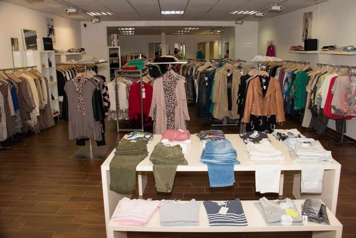 Fröhliche Farben in der Damenmode zu finden bei Mode am Markt in Murrhardt.