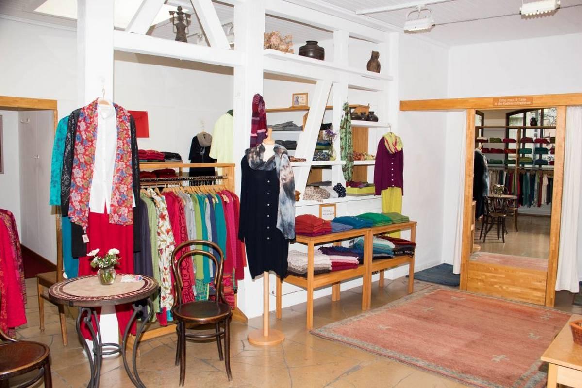 Farbenfrohe Mode für Damen und Herren aus Naturfasern finden  Sie hier - S'Hääs in Tübingen.